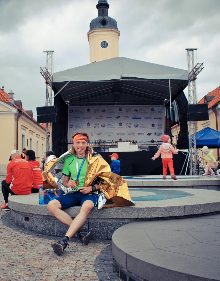 Rafał siedzi na fontannie
